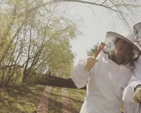 photo of Jenn the beekeeper | SIG